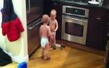 iki bebegin konuşması komik