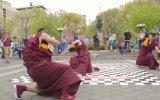 Budist Rahiplerin Sokak Dansı