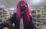 Makyaj Yapıp Peruk Takarak Alışveriş Yapmak