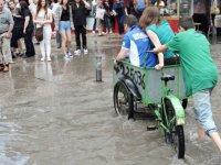 Yağmuru Fırsata Çeviren Çocuk - İzmir